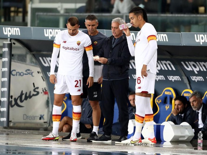 VERONA, ITALY - SEPTEMBER 19: Jose Mourinho, Head Coach of AS Roma talks with Chris Smalling and Borja Mayoral of AS Roma  during the Serie A match between Hellas and AS Roma at Stadio Marcantonio Bentegodi on September 19, 2021 in Verona, Italy. (Photo by Marco Luzzani/Getty Images)