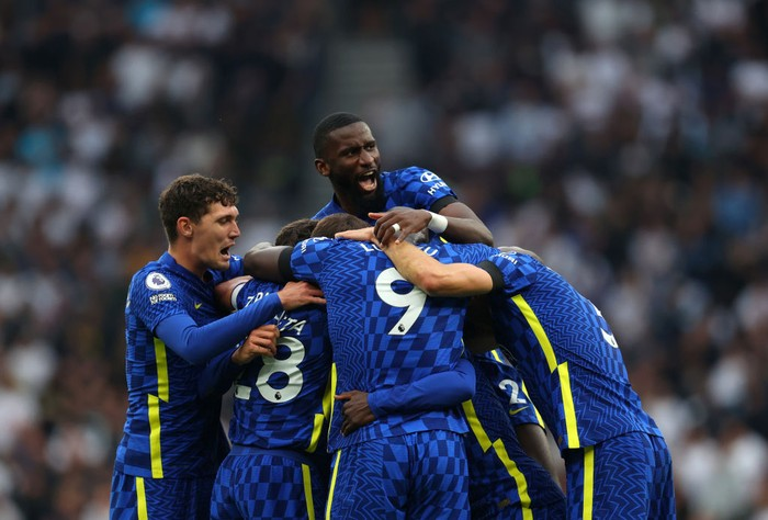 LONDON, ENGLAND - SEPTEMBER 19: Antonio Rudiger of Chelsea jumps up as the team celebrate the second goal scored by NGolo Kante of Chelsea during the Premier League match between Tottenham Hotspur and Chelsea at Tottenham Hotspur Stadium on September 19, 2021 in London, England. (Photo by Catherine Ivill/Getty Images)