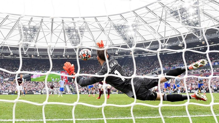 LONDON, ENGLAND - SEPTEMBER 19: David De Gea of Manchester United saves the penalty taken by Mark Noble of West Ham United during the Premier League match between West Ham United and Manchester United at London Stadium on September 19, 2021 in London, England. (Photo by Justin Setterfield/Getty Images)