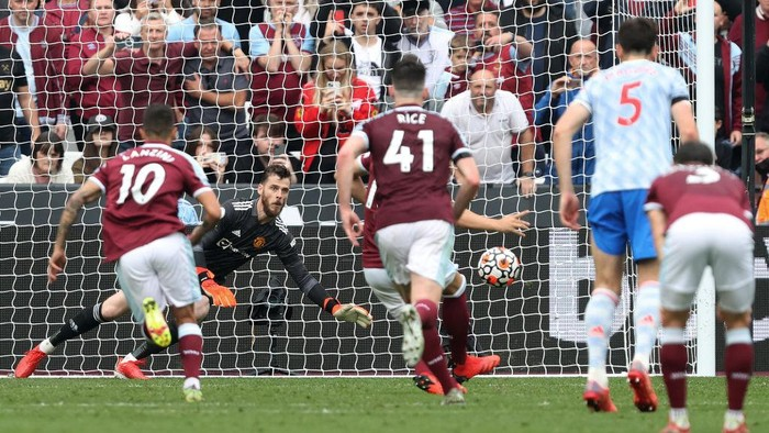 LONDON, ENGLAND - SEPTEMBER 19:  David De Gea of Manchester United saves the penalty taken by Mark Noble of West Ham United during the Premier League match between West Ham United and Manchester United at London Stadium on September 19, 2021 in London, England. (Photo by Julian Finney/Getty Images)