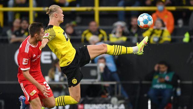 DORTMUND, GERMANY - SEPTEMBER 19: Erling Haaland (R) of Dortmund scores the 4-2 goal during the Bundesliga match between Borussia Dortmund and 1. FC Union Berlin at Signal Iduna Park on September 19, 2021 in Dortmund, Germany. (Photo by Matthias Hangst/Getty Images)