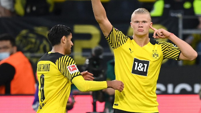 DORTMUND, GERMANY - SEPTEMBER 19: Erling Haaland (R) of Dortmund celebrates his 4-2 goal with teammate Mahmoud Dahoud during the Bundesliga match between Borussia Dortmund and 1. FC Union Berlin at Signal Iduna Park on September 19, 2021 in Dortmund, Germany. (Photo by Matthias Hangst/Getty Images)
