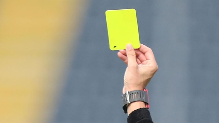 EMPOLI, ITALY - SEPTEMBER 19: Referee draws yellow card during the Serie A match between Empoli FC and UC Sampdoria at Stadio Carlo Castellani on September 19, 2021 in Empoli, Italy.  (Photo by Gabriele Maltinti/Getty Images)