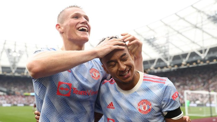 LONDON, ENGLAND - SEPTEMBER 19:  Jesse Lingard of Manchester United celebrates with teammates after scoring their sides second goal during the Premier League match between West Ham United and Manchester United at London Stadium on September 19, 2021 in London, England. (Photo by Julian Finney/Getty Images)
