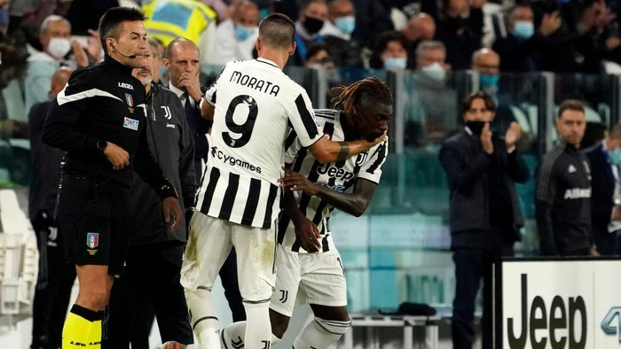 TURIN, ITALY - SEPTEMBER 19: Moise Kean of Juventus comes on to replace teammate Alvaro Morata during the Serie A match between Juventus and AC Milan at the Allianz Stadium in Turin, Italy on September 19, 2021 in Turin, Italy. (Photo by Pier Marco Tacca/Getty Images)