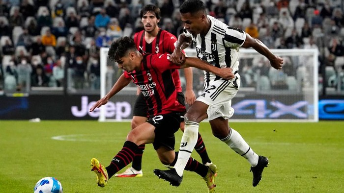 TURIN, ITALY - SEPTEMBER 19: Brahim Diaz of AC Milan is challenged by Alex Sandro of Juventus during the Serie A match between Juventus and AC Milan at the Allianz Stadium in Turin, Italy on September 19, 2021 in Turin, Italy. (Photo by Pier Marco Tacca/Getty Images)