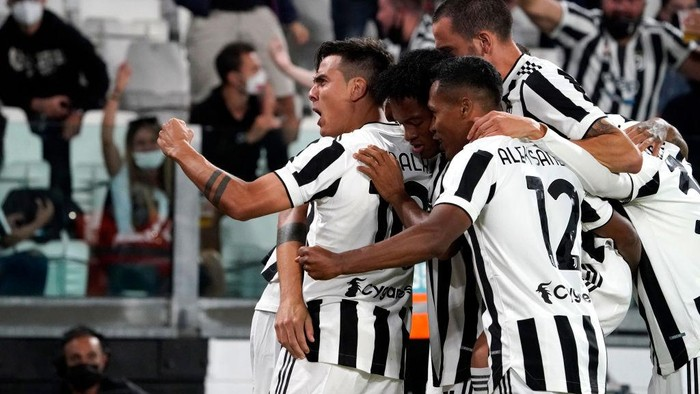 TURIN, ITALY - SEPTEMBER 19: Alvaro Morata of Juventus (hidden) celebrates with teammates after scoring their sides first goal during the Serie A match between Juventus and AC Milan at the Allianz Stadium in Turin, Italy on September 19, 2021 in Turin, Italy. (Photo by Pier Marco Tacca/Getty Images)