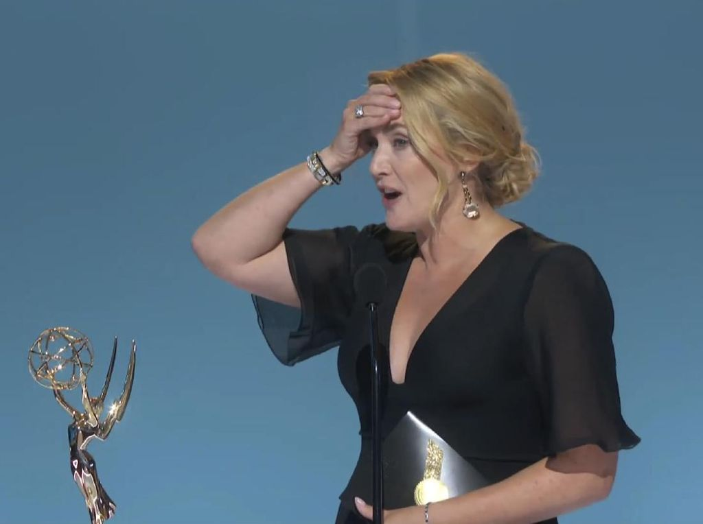Ekspresi Tepok Jidat Kate Winslet usai Menang Artis Terbaik Emmy Awards 2021