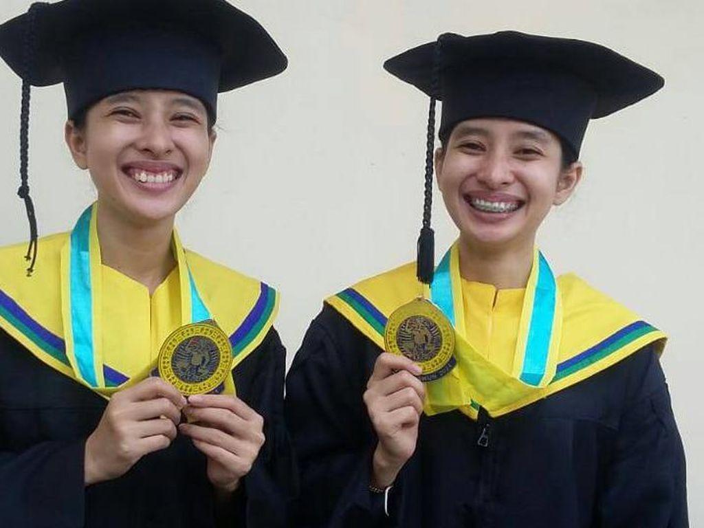 Kisah Inspiratif Mahasiswi Kembar yang Kompak Lulus Bareng dari Unair