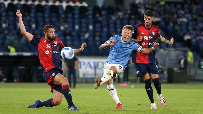 ROME, ITALY - SEPTEMBER 19: Ciro Immobile of SS Lazio shoots during the Serie A match between SS Lazio and Cagliari Calcio at Stadio Olimpico on September 19, 2021 in Rome, Italy. (Photo by Paolo Bruno/Getty Images)