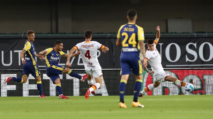 VERONA, ITALY - SEPTEMBER 19: Gianluca Capriari of Hellas Verona scores their teams second goal during the Serie A match between Hellas and AS Roma at Stadio Marcantonio Bentegodi on September 19, 2021 in Verona, Italy. (Photo by Marco Luzzani/Getty Images)