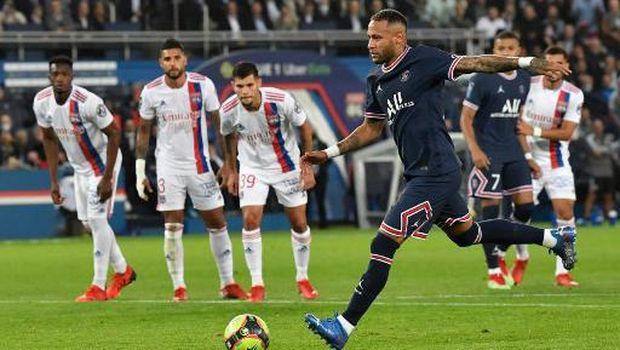 Paris Saint-Germain's Brazilian forward Neymar kicks to score on a penalty during the French L1 football match between Paris-Saint Germain (PSG) and Olympique Lyonnais at The Parc des Princes Stadium in Paris on September 19, 2021. (Photo by Alain JOCARD / AFP)