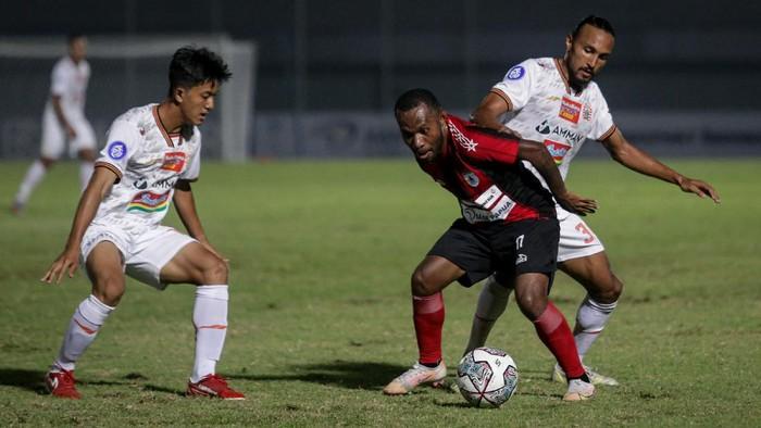Pesepak bola Persipura Jayapura Yohanes Pahabol (tengah) berebut bola dengan pesepak bola Persija Jakarta Rohit Chand (kanan) pada laga lanjutan Liga 1 2021-2022 di Stadion Indomilk Arena, Tangerang, Banten, Minggu (19/9/2021). Pertandingan tersebut berakhir imbang dengan skor 0-0. ANTARA FOTO/Fauzan/wsj.