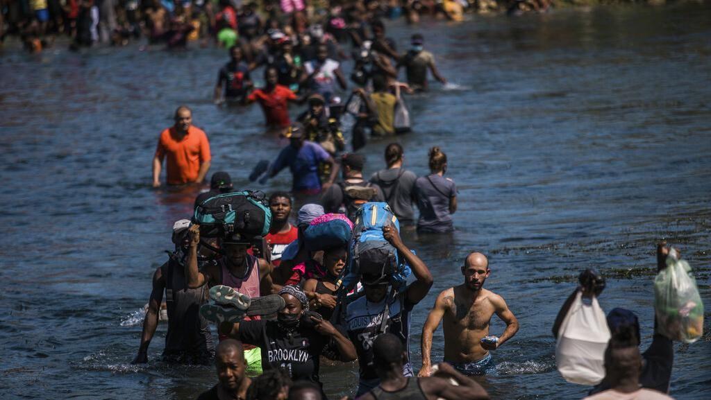 Potret Warga Haiti Ramai-ramai Seberangi Sungai Demi Menuju AS