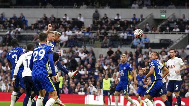 Chelsea's Thiago Silva, center left, scores the opening goal during the English Premier League soccer match between Tottenham Hotspur and Chelsea at the Tottenham Hotspur Stadium in London, England, Sunday, Sep. 19, 2021. (AP Photo/Matt Dunham)