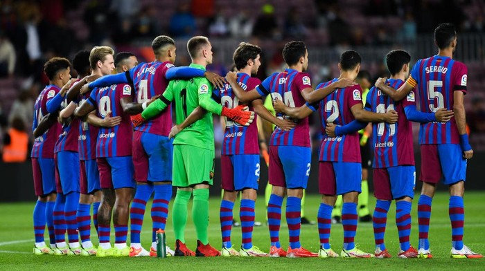 BARCELONA, SPAIN - SEPTEMBER 20: FC Barcelona players hold a minute of silence during the La Liga Santander match between FC Barcelona and Granada CF at Camp Nou on September 20, 2021 in Barcelona, Spain. (Photo by David Ramos/Getty Images)