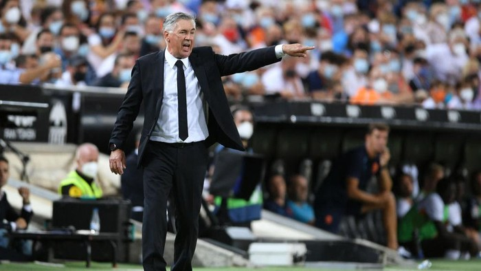 VALENCIA, SPAIN - SEPTEMBER 19: Carlo Ancelotti, Head Coach of Real Madrid gives their side instructions during the La Liga Santander match between Valencia CF and Real Madrid CF at Estadio Mestalla on September 19, 2021 in Valencia, Spain. (Photo by Aitor Alcalde/Getty Images)