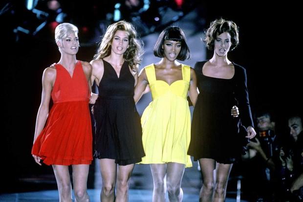 Siêu mẫu trên sàn diễn Versace /
