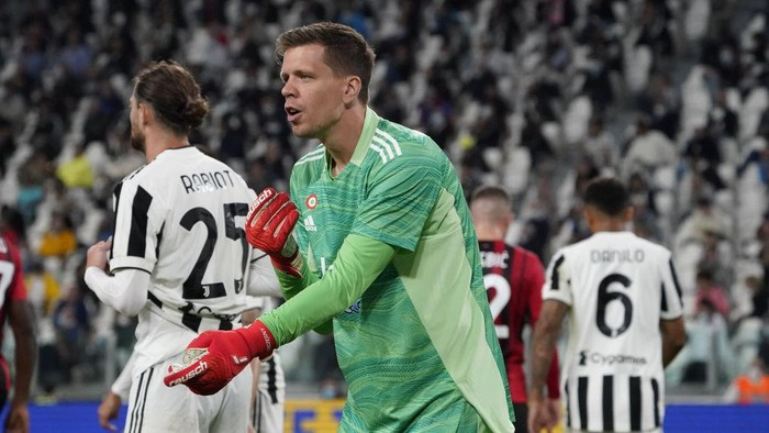 TURIN, ITALY - SEPTEMBER 19: Juventus goalkeeper Wojciech Szczesny gestures during the Serie A match between Juventus and AC Milan at  on September 19, 2021 in Turin, Italy. (Photo by Pier Marco Tacca/Getty Images)
