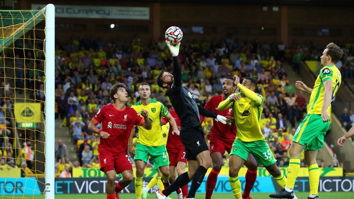 NORWICH, ENGLAND - AUGUST 14: Alisson of Liverpool stretches to make a save during the Premier League match between Norwich City  and  Liverpool at Carrow Road on August 14, 2021 in Norwich, England. (Photo by Marc Atkins/Getty Images)
