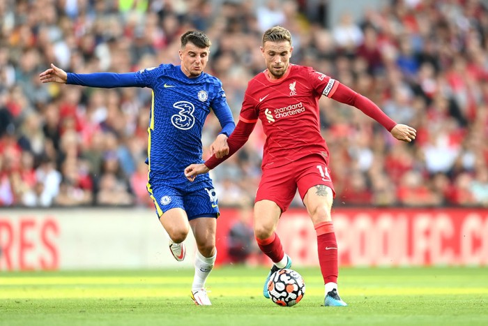 LIVERPOOL, ENGLAND - AUGUST 28: Jordan Henderson of Liverpool battles for possession with Mason Mount of Chelsea  during the Premier League match between Liverpool  and  Chelsea at Anfield on August 28, 2021 in Liverpool, England. (Photo by Michael Regan/Getty Images)