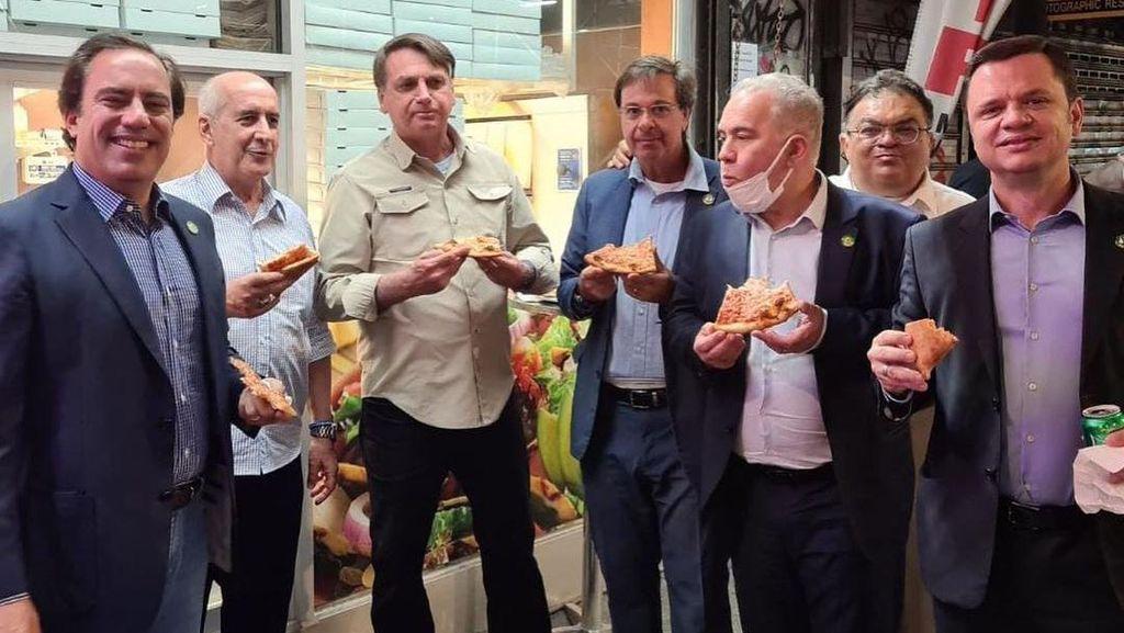 Ditolak Restoran, Presiden Brasil Makan di Trotoar Gegara Tak Vaksin