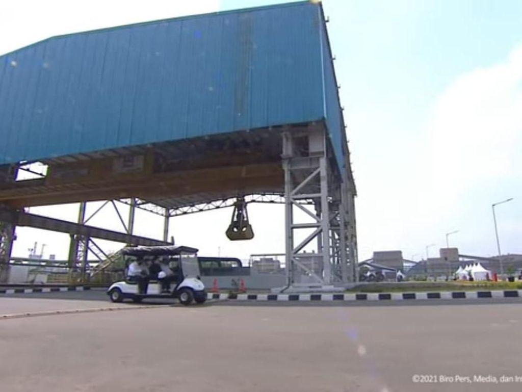 Momen Jokowi Sopiri Puan Saat Resmikan Pabrik Industri Baja di Banten