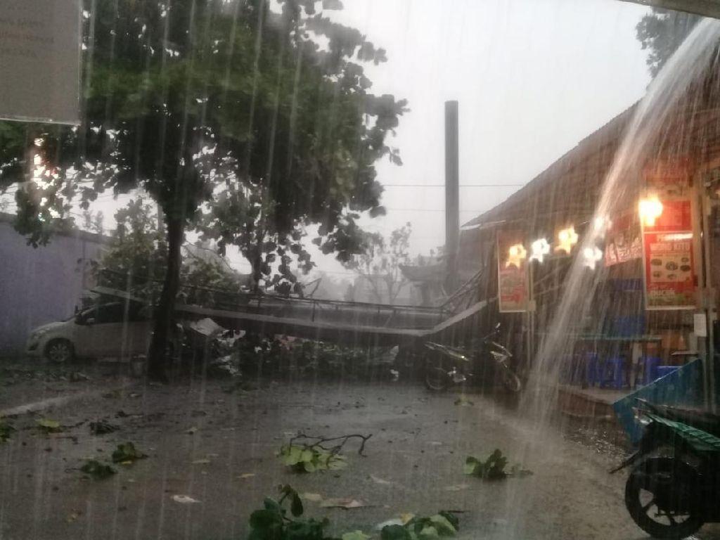 Hujan dan Angin Kencang Landa Depok: Reklame Roboh-Banyak Pohon Tumbang