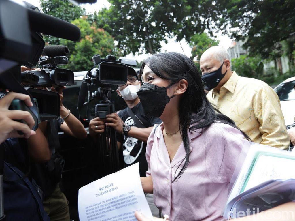 Kenang MirdadAbsen Sidang Cerai Perdana, Tyna Kanna Irit Bicara