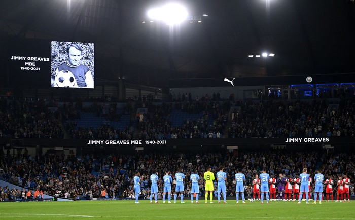 MANCHESTER, ENGLAND - SEPTEMBER 21: Players of Manchester City and Wycombe Wanderers observe a minutes applause in memory of Jimmy Greaves MBE ahead of the Carabao Cup Third Round match between Manchester City and Wycombe Wanderers F.C. at Etihad Stadium on September 21, 2021 in Manchester, England. (Photo by Gareth Copley/Getty Images)