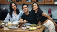 Momen Romantis Eva Celia dan Demas Narawangsa saat Makan Bersama