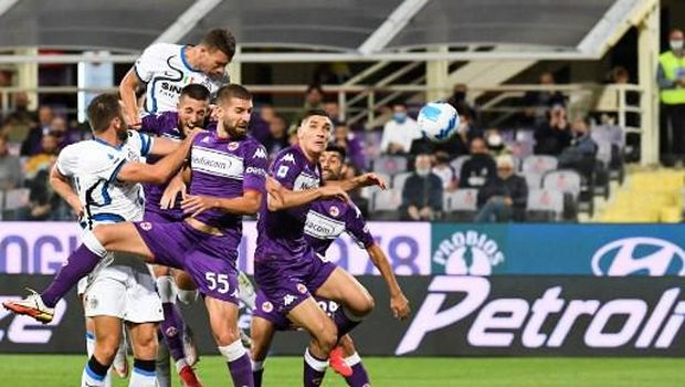 Inter Milan's Bosnian forward Edin Dzeko (L) heads for the ball and scores during the Italian Serie A football match between ACF Fiorentina and Inter Milan at The Artemio Franchi Stadium in Florence, on September 21, 2021. (Photo by ANDREAS SOLARO / AFP)