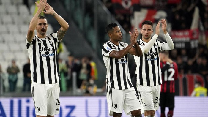 TURIN, ITALY - SEPTEMBER 19:  (L-R) Leonardo Bonucci. Alex Sandro and Rofrigo Betancur greet their fans at the end of the match of he Serie A match between Juventus and AC Milan at  on September 19, 2021 in Turin, Italy. (Photo by Pier Marco Tacca/Getty Images)