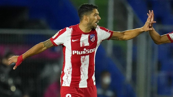 Atletico Madrids Luis Suarez celebrates after scoring his sides opening goal during the Spanish La Liga soccer match between Getafe and Atletico Madrid at the Coliseum Alfonso Perez stadium in Getafe, outskirts of Madrid, Spain, Tuesday, Sept. 21, 2021. (AP Photo/Manu Fernandez)