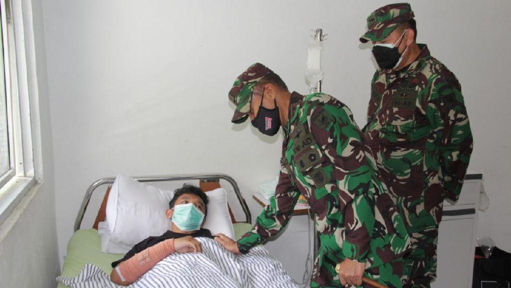 Kondisi Nakes Korban KKB Papua Terungkap Saat Pangdam Menjenguk