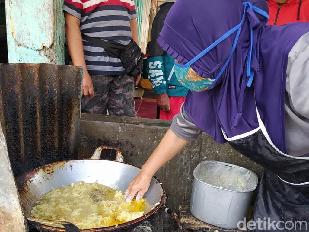 Aksi Ibu-ibu Menggoreng dengan Tangan Nyemplung ke Minyak Mendidih
