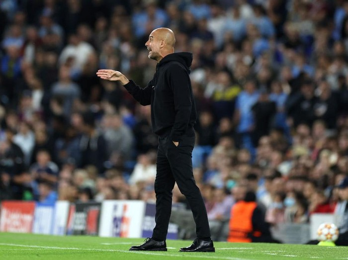MANCHESTER, ENGLAND - SEPTEMBER 15: Pep Guardiola, Manager of Manchester City gives their side instructions during the UEFA Champions League group A match between Manchester City and RB Leipzig at Etihad Stadium on September 15, 2021 in Manchester, England. (Photo by Richard Heathcote/Getty Images)