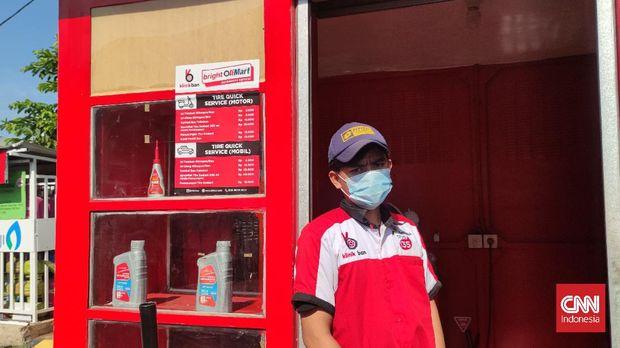 Upit (23), salah seorang karyawan SPBU di daerah Pramuka, Matraman Jakarta Timur,