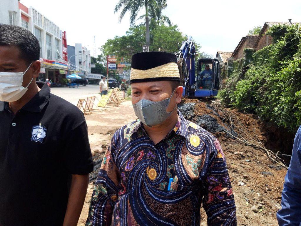 Tinjau Jalan Rusak Viral di Cipondoh, Waka DPRD Tangerang Ngaku Pernah Jatuh