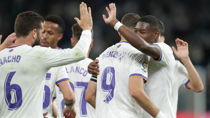 MADRID, SPAIN - SEPTEMBER 22: Karim Benzema (2ndR) of Real Madrid CF celebrates scoring their fifth goal with teammates David Alaba (R) and Nacho Fernández (L) during the La Liga Santander match between Real Madrid CF and RCD Mallorca at Estadio Santiago Bernabeu on September 22, 2021 in Madrid, Spain. (Photo by Gonzalo Arroyo Moreno/Getty Images)