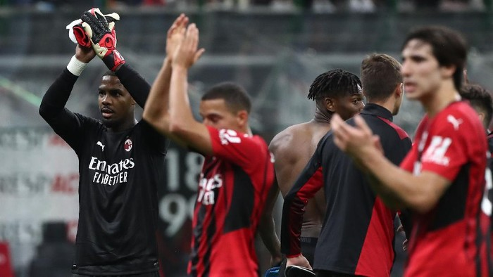 MILAN, ITALY - SEPTEMBER 22: Mike Maignan (L) of AC Milan celebrates a victory at the end of the Serie A match between AC Milan and Venezia FC at Stadio Giuseppe Meazza on September 22, 2021 in Milan, Italy. (Photo by Marco Luzzani/Getty Images)