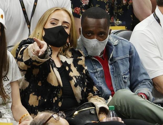 Adele dan Rich Paul saat menonton Game 5 Final NBA