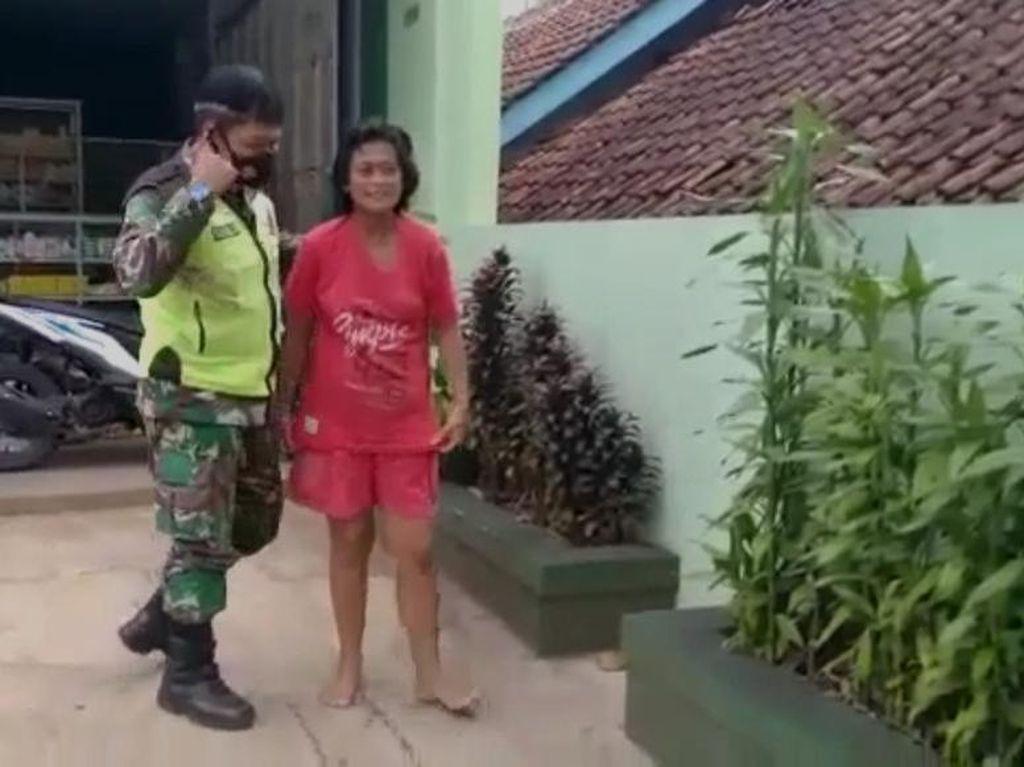Aksi Anggota TNI Ciamis Joget Depan ODGJ Bugil Demi Bujuk Kenakan Baju