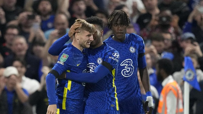 Chelseas Timo Werner, left, celebrates with teammates after scoring his sides opening goal during the English League Cup third round soccer match between Chelsea and Aston Villa at Stamford Bridge Stadium in London, Wednesday, Sept. 22, 2021. (AP Photo/Frank Augstein)