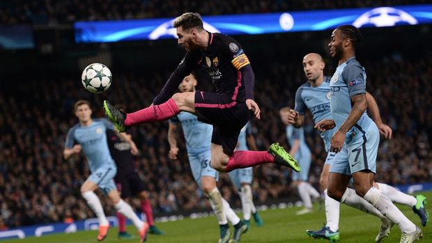 Barcelona's Argentinian striker Lionel Messi jumps to control the ball during the UEFA Champions League group C football match between Manchester City and Barcelona at the Etihad Stadium in Manchester, north west England on November 1, 2016. (Photo by OLI SCARFF / AFP)