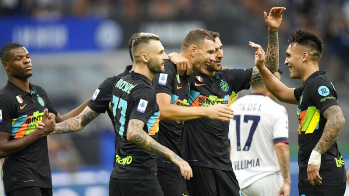 Inter Milans Edin Dzeko, center, celebrates with teammates after scoring his sides 5th goal during a Serie A soccer match between Inter Milan and Bologna, at the San Siro stadium in Milan, Italy, Saturday, Sept. 18, 2021. (AP Photo/Luca Bruno)