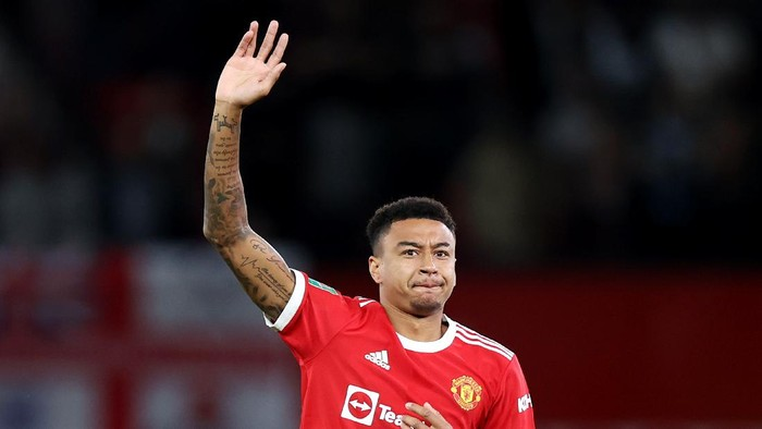 MANCHESTER, ENGLAND - SEPTEMBER 22: Jesse Lingard of Manchester United acknowledges the fans prior to the Carabao Cup Third Round match between Manchester United and West Ham United at Old Trafford on September 22, 2021 in Manchester, England. (Photo by Alex Pantling/Getty Images)