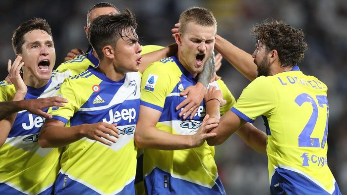 LA SPEZIA, ITALY - SEPTEMBER 22: Matthijs De Ligt of Juventus celebrates after scoring a goal during the Serie A match between Spezia Calcio v Juventus at Stadio Alberto Picco on September 22, 2021 in La Spezia, Italy.  (Photo by Gabriele Maltinti/Getty Images)
