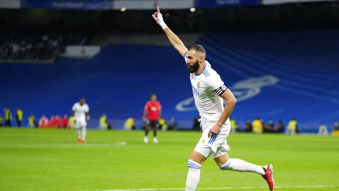 Real Madrids Karim Benzema celebrates after scoring his teams fifth goal during a Spanish La Liga soccer match between Real Madrid and Mallorca at the Bernabeu stadium in Madrid, Spain, Wednesday, Sept. 22, 2021. (AP Photo/Manu Fernandez)