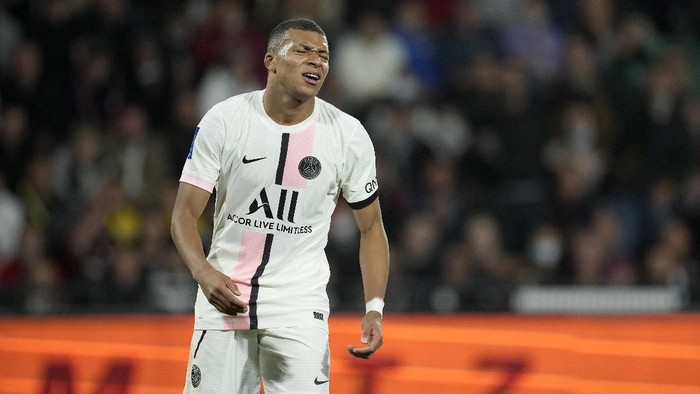 PSGs Kylian Mbappe grimaces after missing a chance during the French League One soccer match between FC Metz and Paris Saint-Germain at Saint Symphorien stadium, in Metz, eastern France, Wednesday, Sept. 22, 2021. (AP Photo/Christophe Ena)